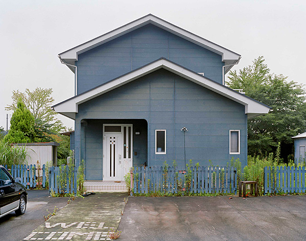 Yishay Garbasz, Abandoned home and car, Kumagawa, Okuma-machi, Futaba, Fukushima Nuclear Exclusion Zone (Ritual and Reality series), 2014. Courtesy of the artist.